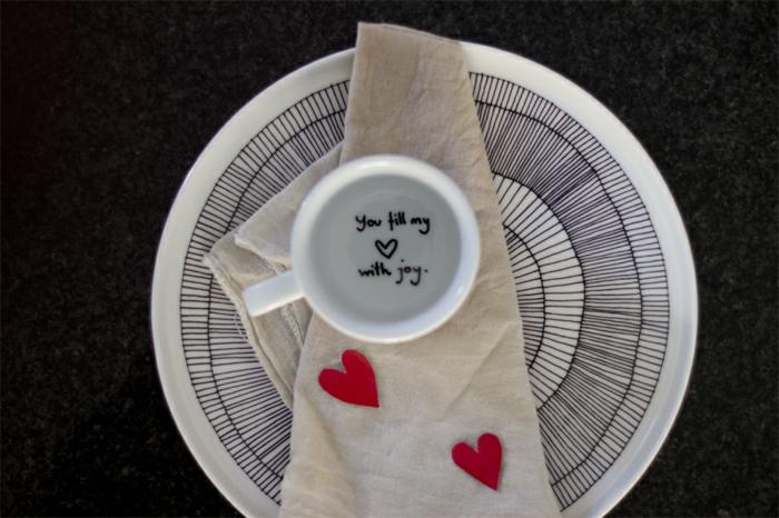 llenas mi corazon de alegría, mensaje de amor escrito en una taza de café, regalos originales para novios, decoración con corazones de papel