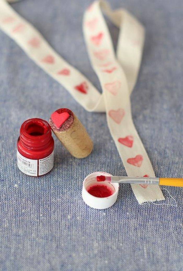 como sorprender a mi novia con un sello decorativo DIY con estampado de corazones, manualidades con tapas de corchos