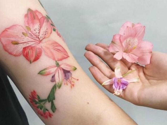tatuajes de flores, tatuaje en el brazo mujer, estilo acuarela, canna indica rosada realista, flor natural