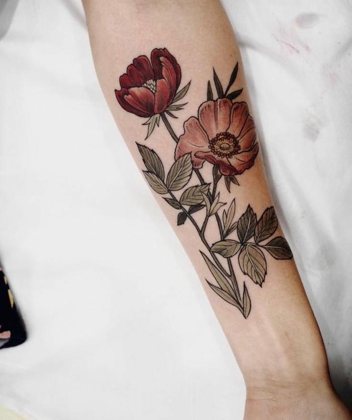 flor de loto tatuaje, tatuaje en el antebrazo mujer, estilo nueva escuela, tonos oscuros, amapolas con hojas verdes