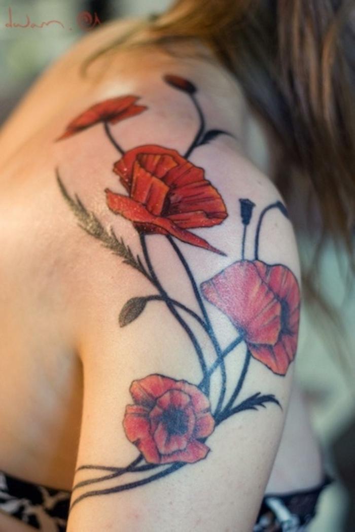 tatuaje hombro, tatuaje grande femenino con ramo de amapolas rojas en el hombro y la espalda