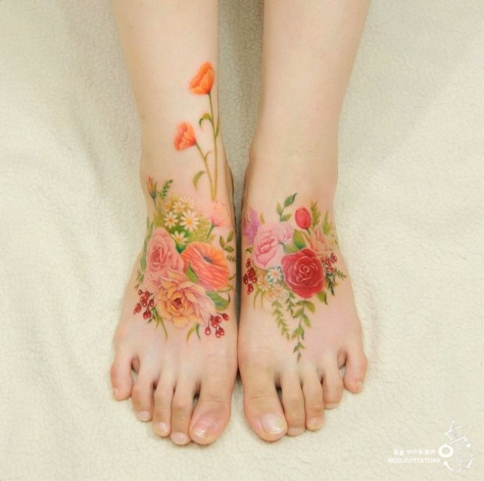 tatuaje acuarela, mujer con pies tatuados, ramos de flores coloridos, rosas, amapolas y dalias