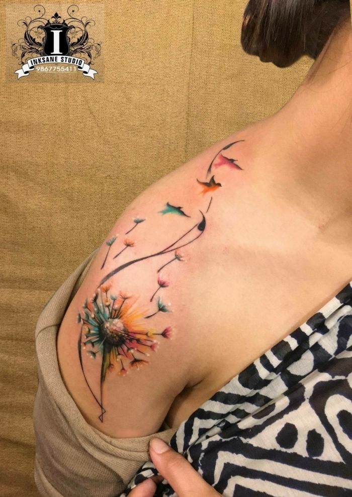 tatuaje acuarela, tatuaje grande hombro mujer, flor diente de león que se convierte en pajaritos
