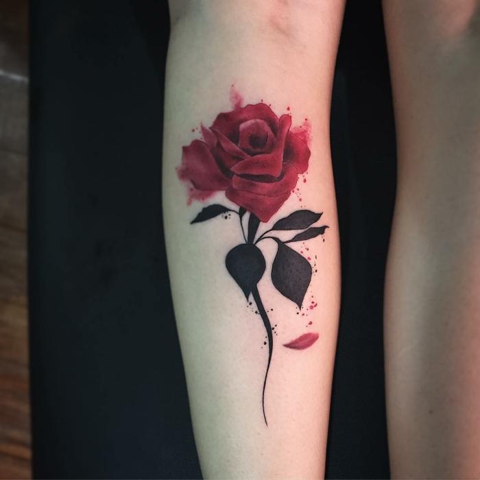 tatuajes flores, tatuaje grande femenino para el antebrazo o el tobillo, rosa grande roja con tallo y hojas negros