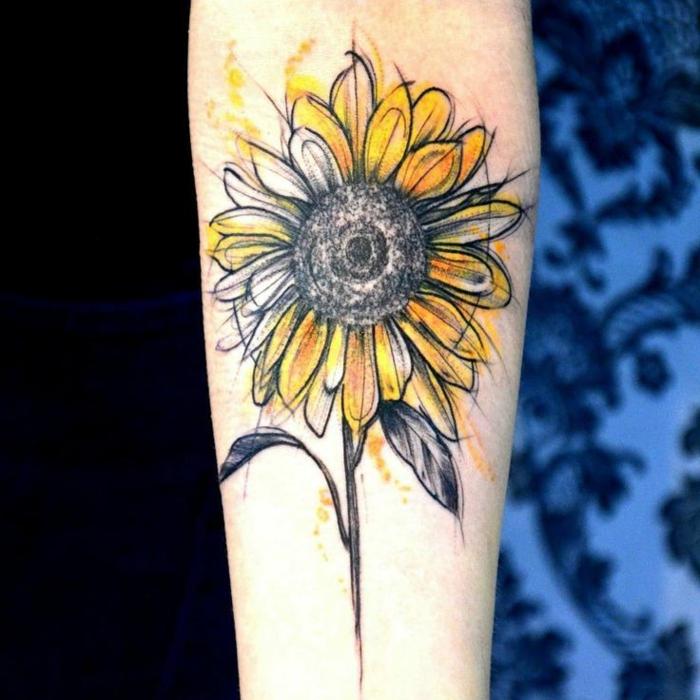 tattoos pequeños, tatuaje de color estilo boceto, antebrazo de mujer, girasol en amarillo y negro