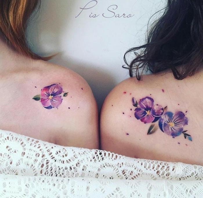 tatuajes hombro, idea de tatuaje de acuarela para amigas o hermanas, flores pequeñas en morado en la calvícula