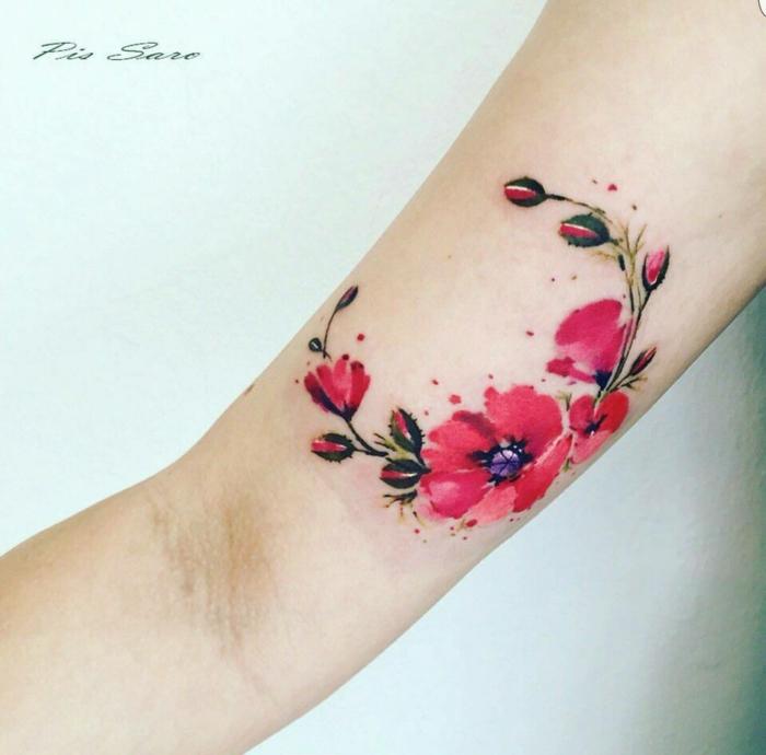 tattoos pequeños, tatuaje en el brazo de mujer con piel blanca, corona de flores rojos, tatuaje estilo acuarela