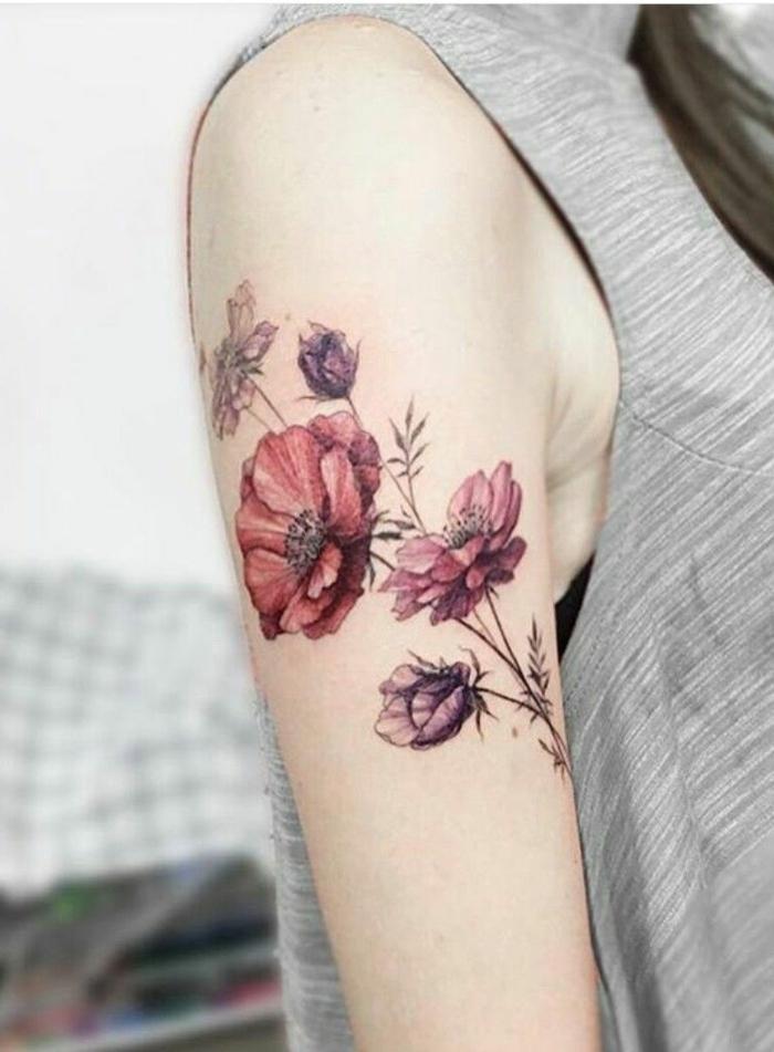 tatuaje flor de loto, tatuaje en el brazo mujer, amapolas en rojo y morado, con tallo y hojas, estilo acuarela