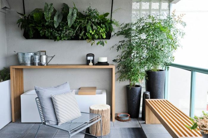 propuesta sobre como decorar una terraza según las últimas tendencias, muebles de madera y decoración de plantas verdes