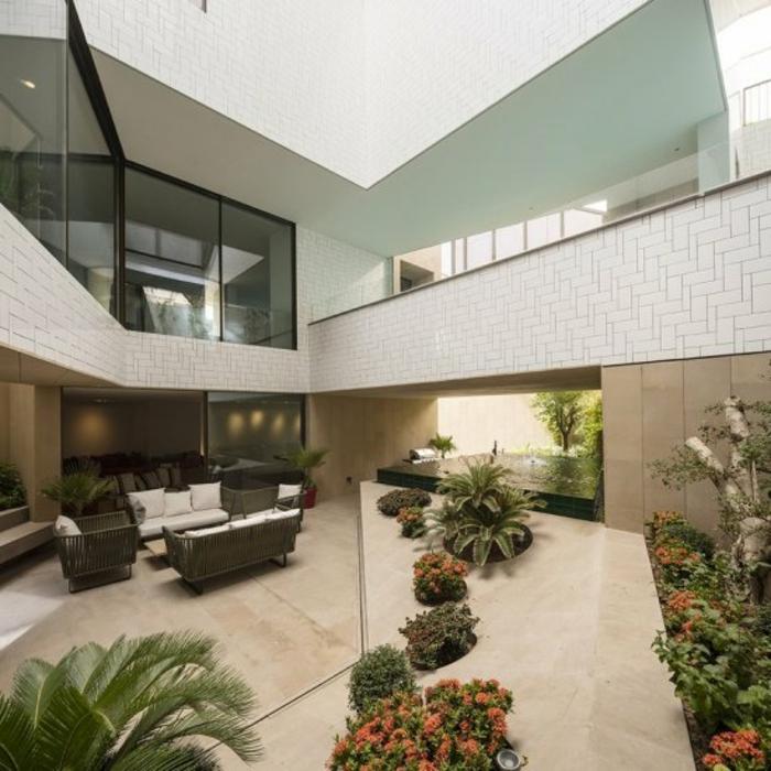 terrazas internas, propuestas sobre como decorar una terraza en estilo moderno, muchas macetas con plantas verdes, muebles en beige