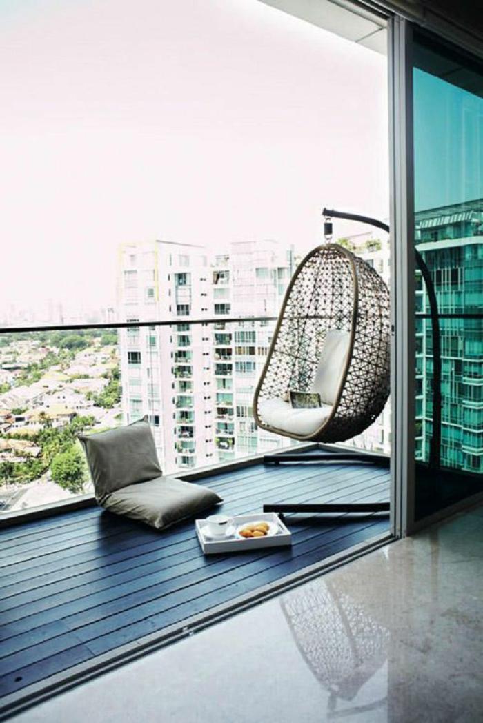 propuesta de encanto, como decorar una terraza pequeña con muebles modernos, suelo de parquet y barandilla de cristal, piso moderno con vista