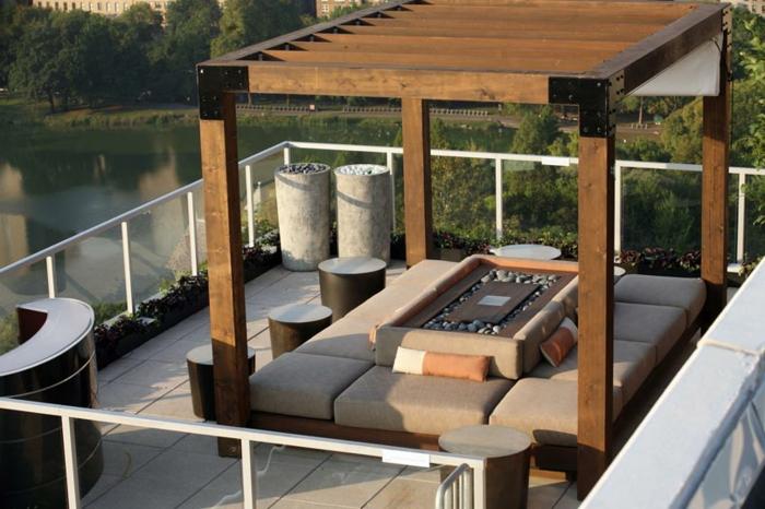 grande pérgola de madera, ideas sobre como decorar una terraza, muebles en beige y preciosa vista al río