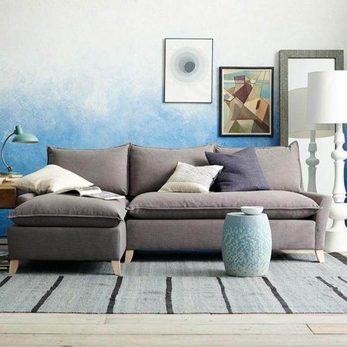 colores para paredes, pintura con efecto esponja, pared en blanco y azul celeste, sofá gris, cuadro geométrico, suelo de tarima con tapete