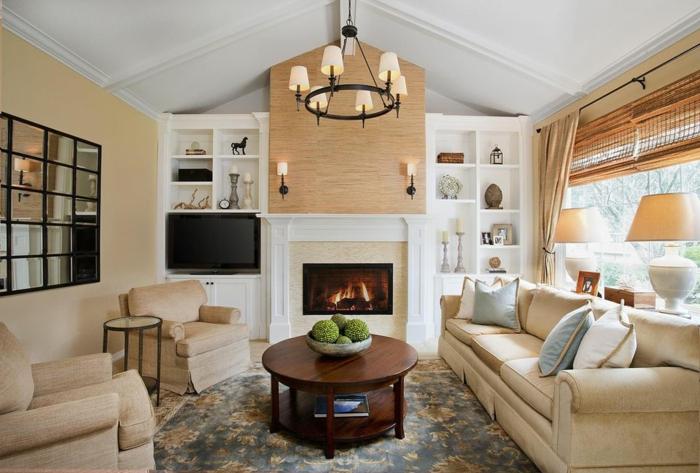 combinacion de colores, salón rústico con chimenea, techo blanco triangular, paredes beige, mesa redonda de madera, sofá y sillones tapizados beige con cojines, alfombra
