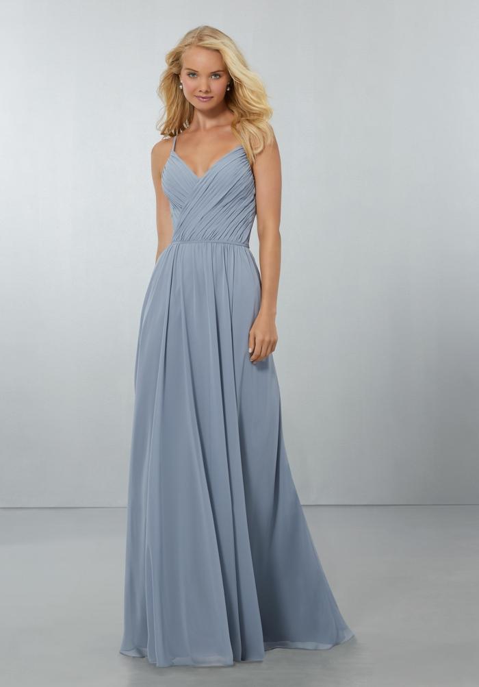 vestidos de boda, vestido largo de madrina en color azul claro, falda con tul, correas, escote en forma v plegado