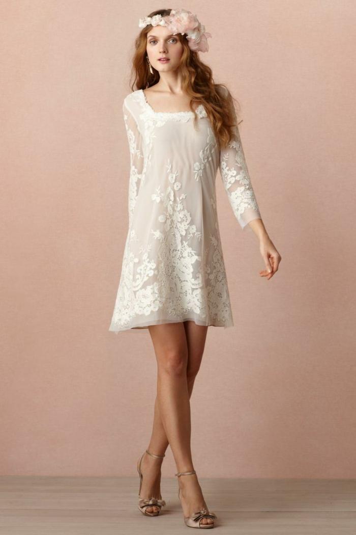 vestidos de novia ibicencos, vestido de novia corto con escote cuadrado, mangas largas, bordado grande, mujer con corona de rosas