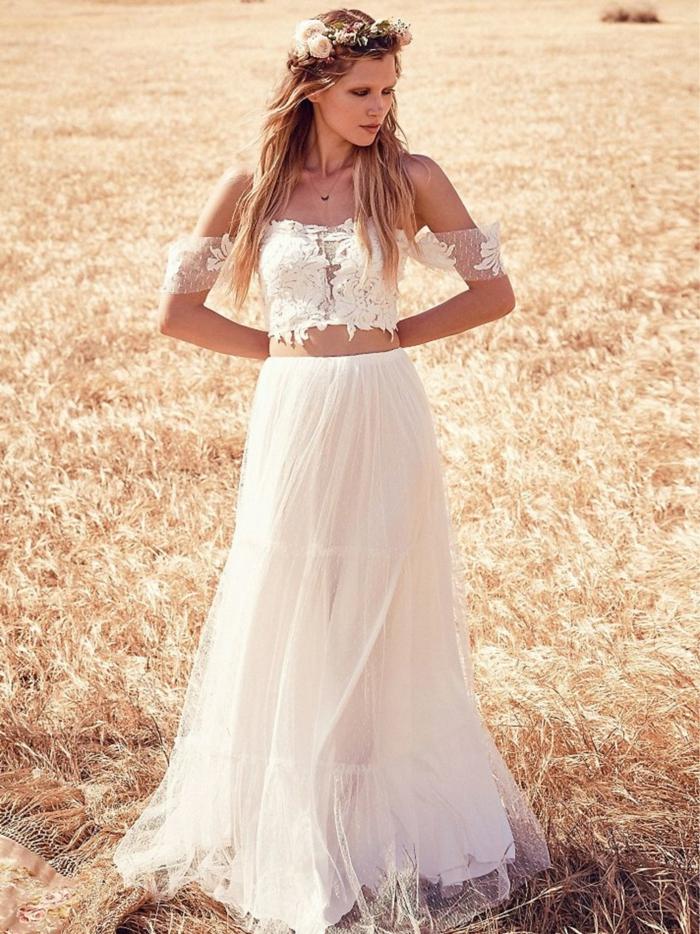 vestidos de novia ibiccencos,, mujer delgada con pelo largo, vestido de dos piezas, falda de tul, corset con hombros caídos, mangas cortas de encaje