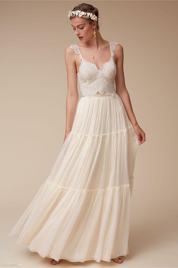 vestidos de novia ibicencos, mujer alta con vestido de novia de dos piezas estilo boho, falda con tul, corset con correas de encaje, pelo recogido con corona