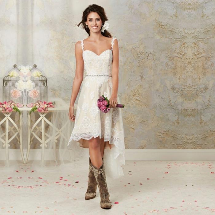 vestidos de novia ibicencos, vestido asimétrico talla princesa, beige y blanco, bordado, escote corazón. semirecogido romántico
