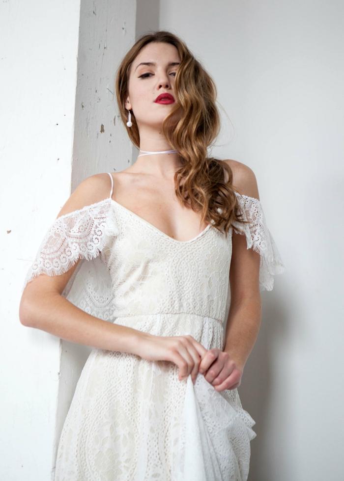 vestidos de nocia ibicencos, vestido blanco largo, escote V, hombros caídos, mangas cortas de encaje fino