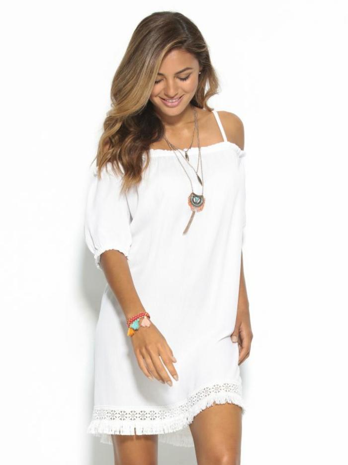 vestidos ibicencos, mujer con vestido corto blanco sencillo, correas delgadas, media manga, hombros caídos, collar hippie