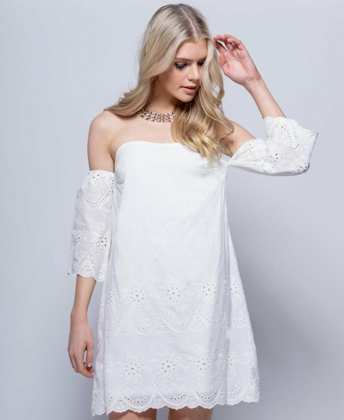 vestidos ibicencos, mujer con pelo largo rubio, vestido blanco corto con puntilla, hombros caídos, escote palabra de honor