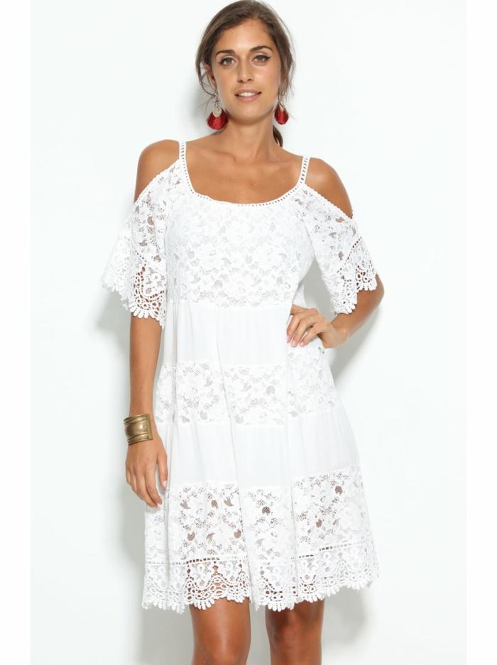 vestidos ibicencos, vestido corto blanco con ecnaje, mangas cortas, correas y hombros caídos, pendientes grandes rojos