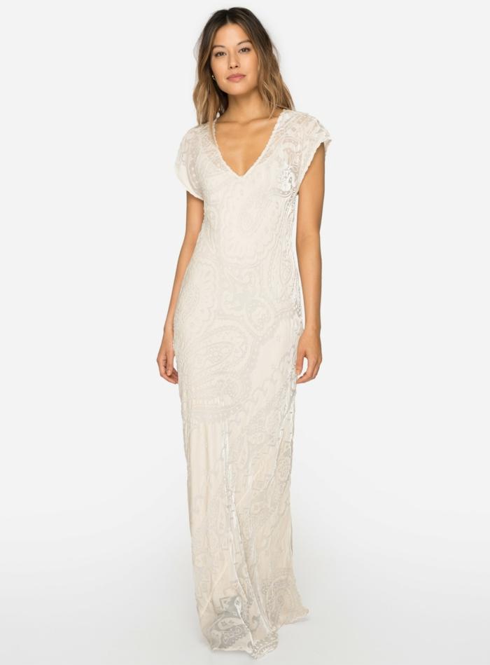 vestidos ibicencos, mujer con vestido largo con bordado, sin mangas, escote v, moda ibicenca elegante