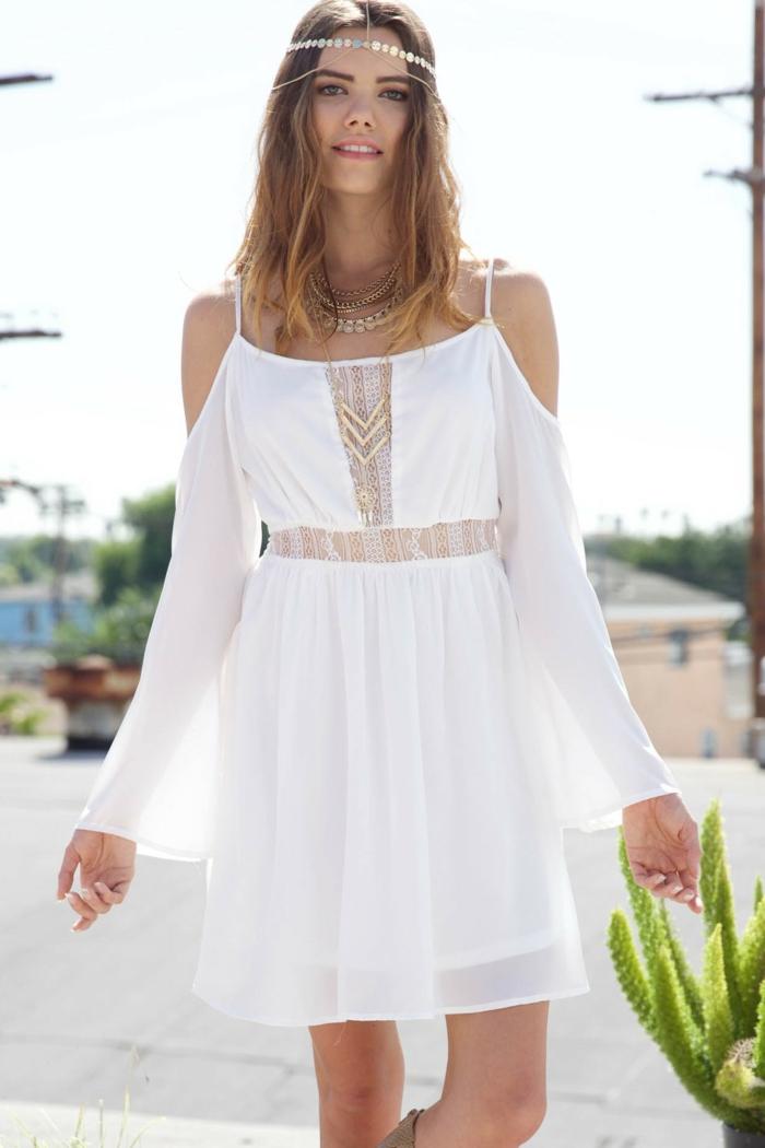 vestidos ibicencos, mujer con vestido blanco estilo hippie, cintura imperio, cinturón de encaje, mangas largas, correas y hombros caídos, corona de lentejuelas