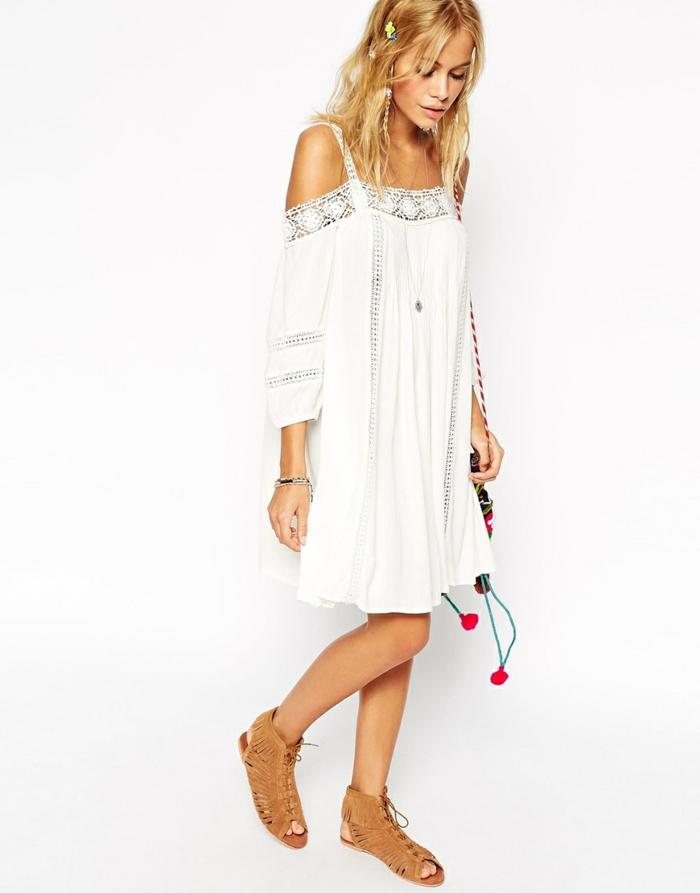 vestidos ibicencos, mujer rubia con peinado hippie, vestido media pierna color blanco, mangas largas, hombros caídos, correas con encaje, sandalias romanas