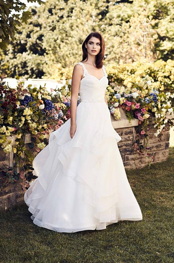 vestidos de novia modernos, vestido elegante de corte fiesta con escote corazón y correas con motivos florales