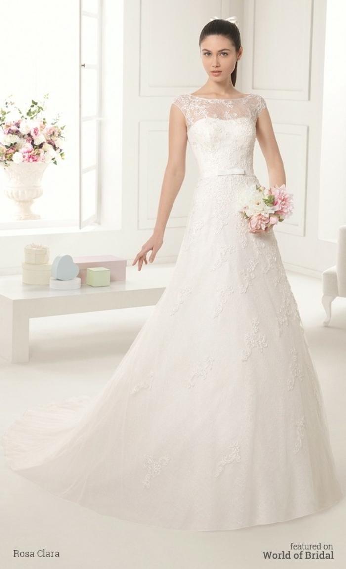 vestidos de novia modernos, precioso vestido con motivos florales y encaje, pequeño cinturón blanco, escote ilusión