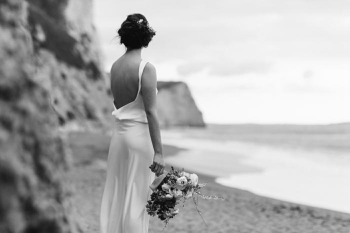 vestidos de novia modernos, vestido sencillo con espalda descubierta, pelo recogido en moño con volumen, corte de vestido recto