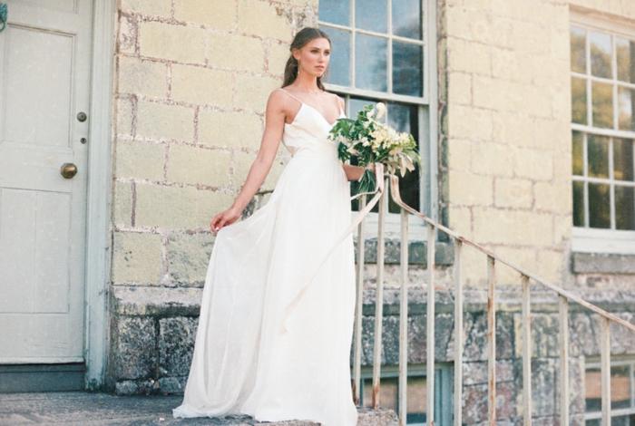 vestido novia sencillo, vestido clásico de diseño simple con correas finas y escote en v, ramo de flores en color champán