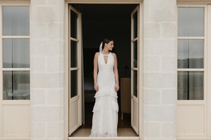 vestidos de novia modernos, vestido de novia largo con escote lagrima, pelo recogido con velo y falda en volantes