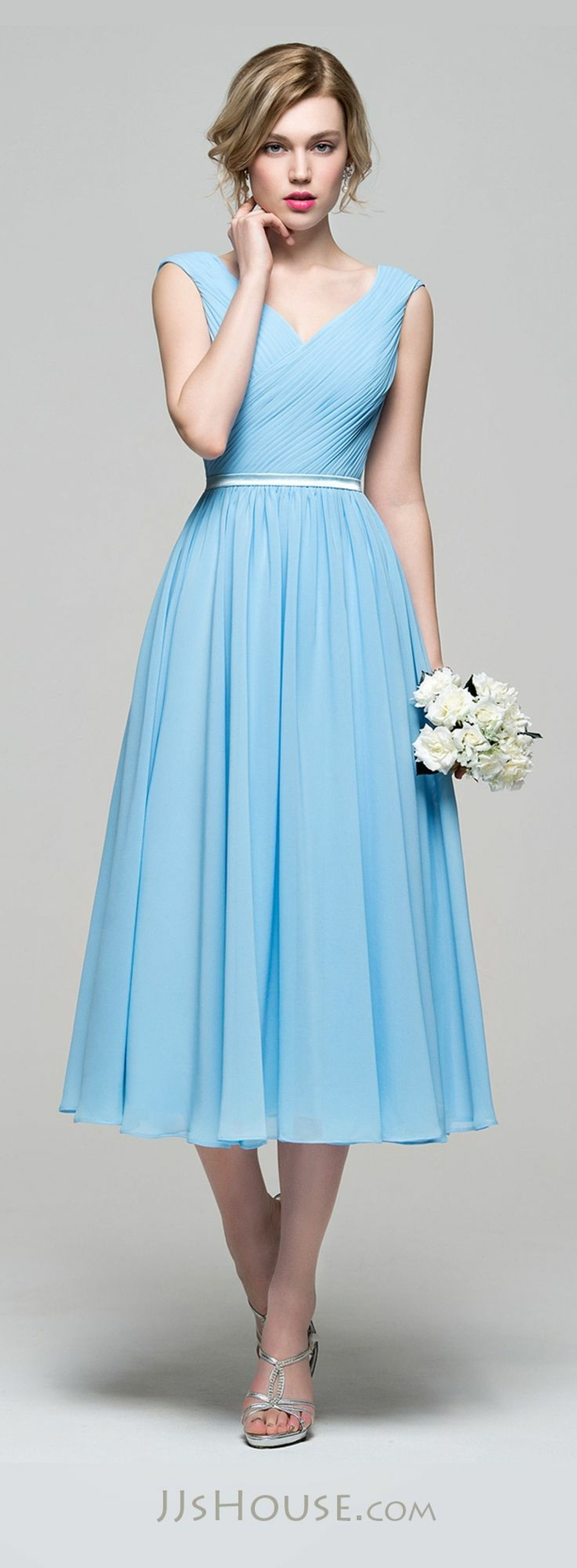trajes de madrina, vestido media pierna para madrina, talla princesa, color azul celeste, escote v cruzado, cinturón blanco, flores