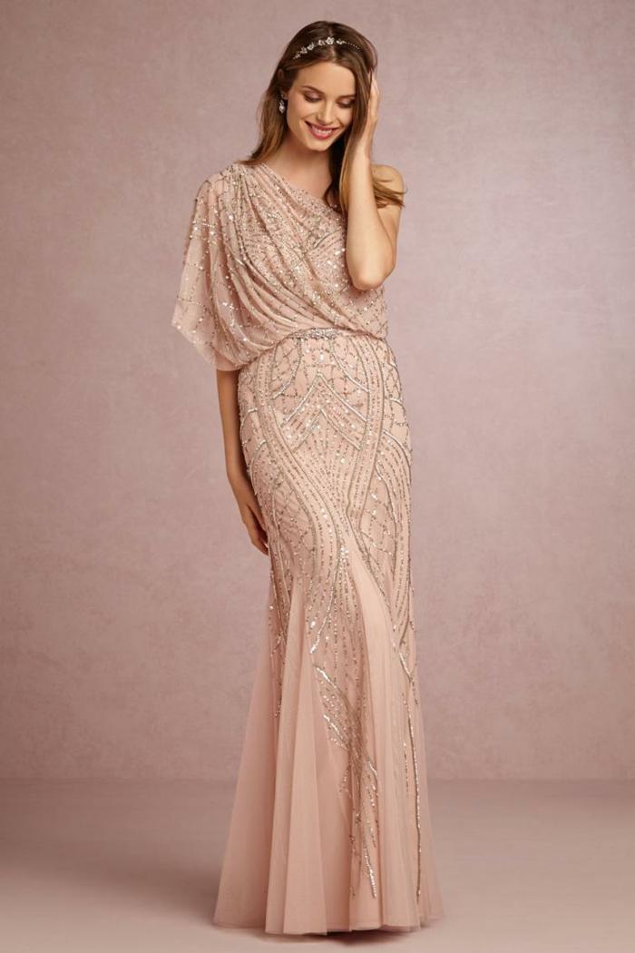 trajes de madrina, vestido lde amdrina argo romántico color beige con piedras decorativas, escote asimétrico