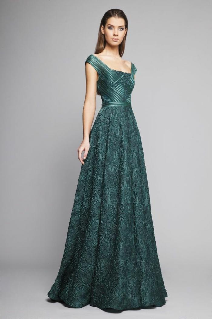 trajes de madrina, vestido de madrina para bodas de noche, color verde, escote cuadrado, mujer con pelo largo suelto
