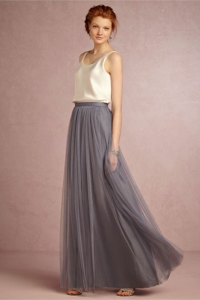 trajes de madrina, vestido de verano con falda gris de tul, top beige con escote barca, look romantico