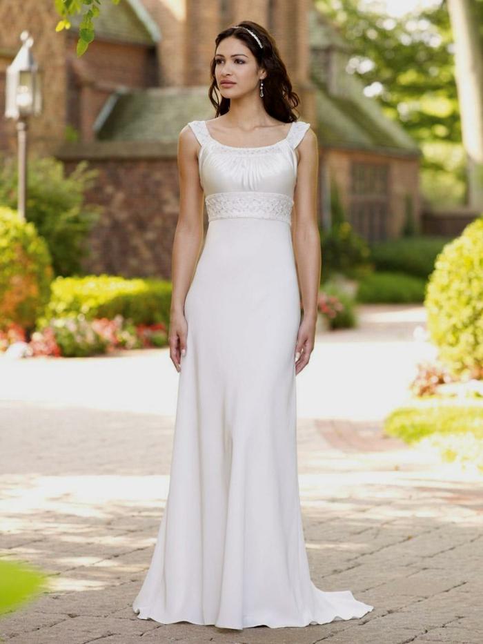 vestidos de novia modernos, vestido de corte imperio con escote barco, pelo suelto con diadema decorativa