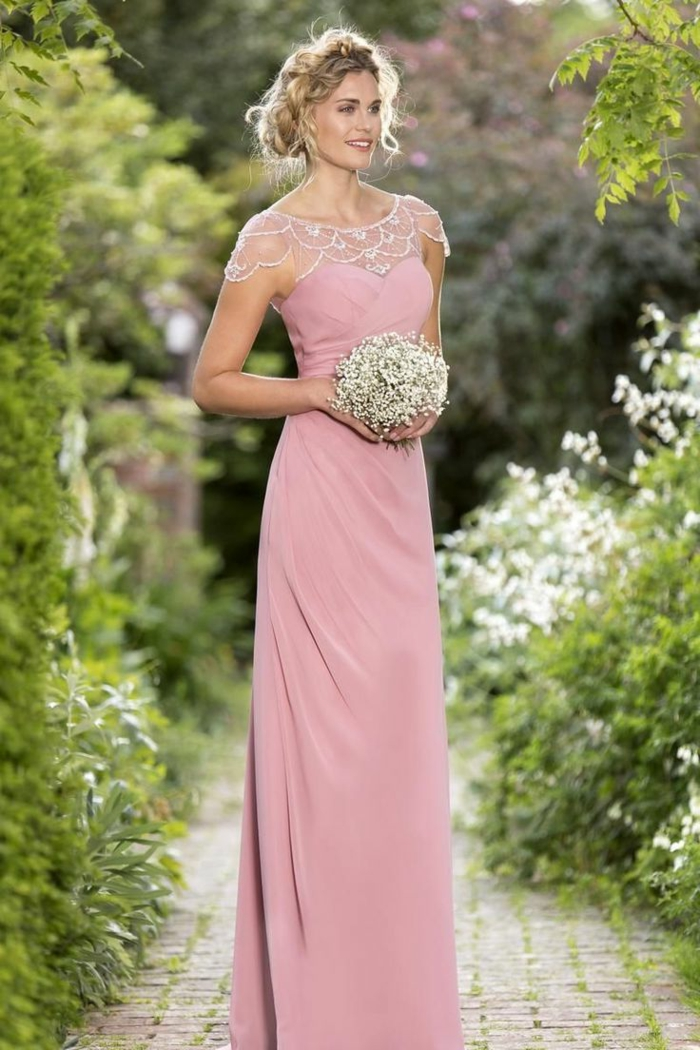 vestidos para bodas, vestido rosado largo para madrinas, escote ilusión con encaje blanco, cabello recogido, ramo de flores