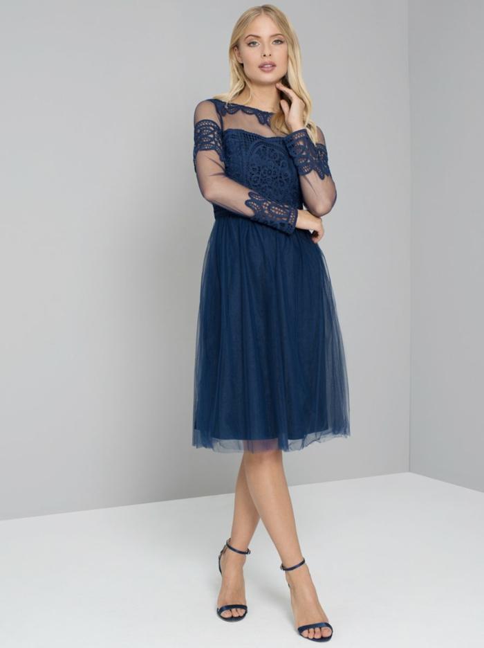 vestidos para bodas, vestido en azul oscuro, corte media pierna, tul y encaje grande, mangas largas, escote ilusión, sandalias de tacón