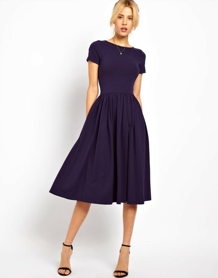 vestidos para bodas, vestido de amdrina en color azul oscuro, media pierna, escote capa con mangas cortas, sandalias negras de tacones