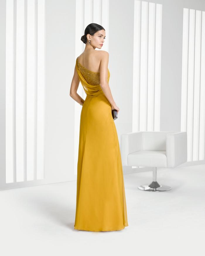 vestidos para ir de boda, vestido de madrina largo, espalda con piedras decorativas, color amarillo, mujer con moño bajo