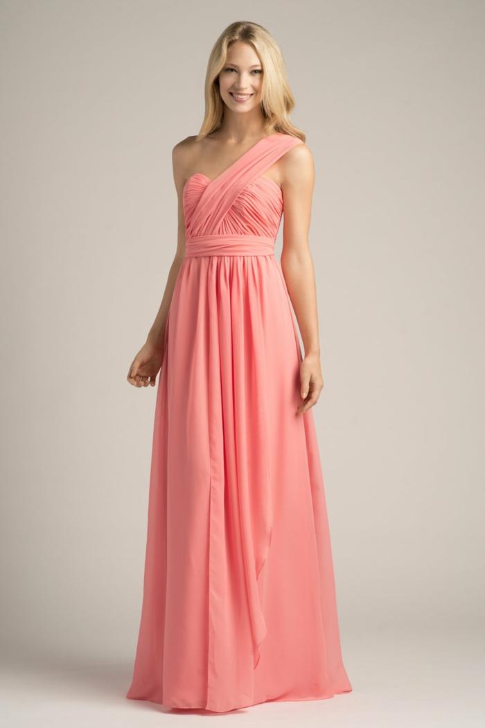 vestidos para ir de boda, vestido largo romántico en color rosa, correa única, cintura imperio. hombros desnudos