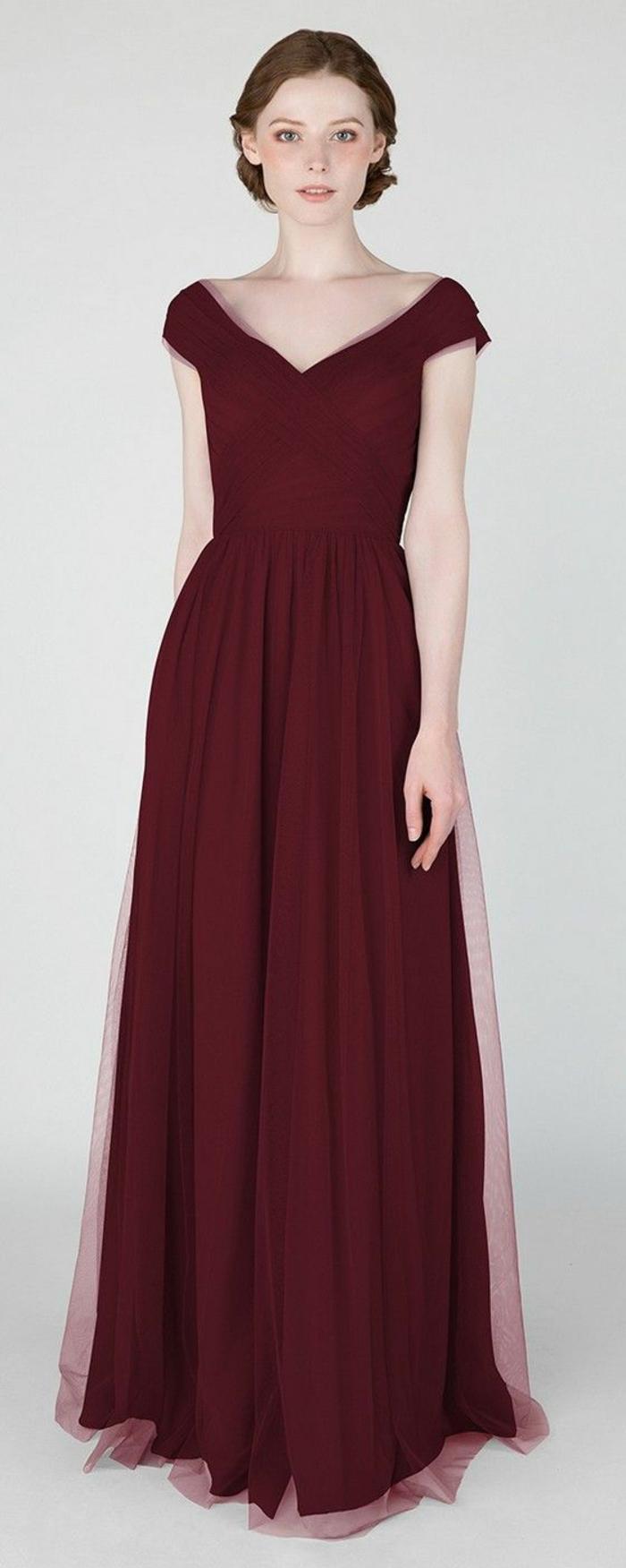 vestidos para ir de boda, vestido largo de madrina, color vino, falda con tul, escote cisne, cintura imperio