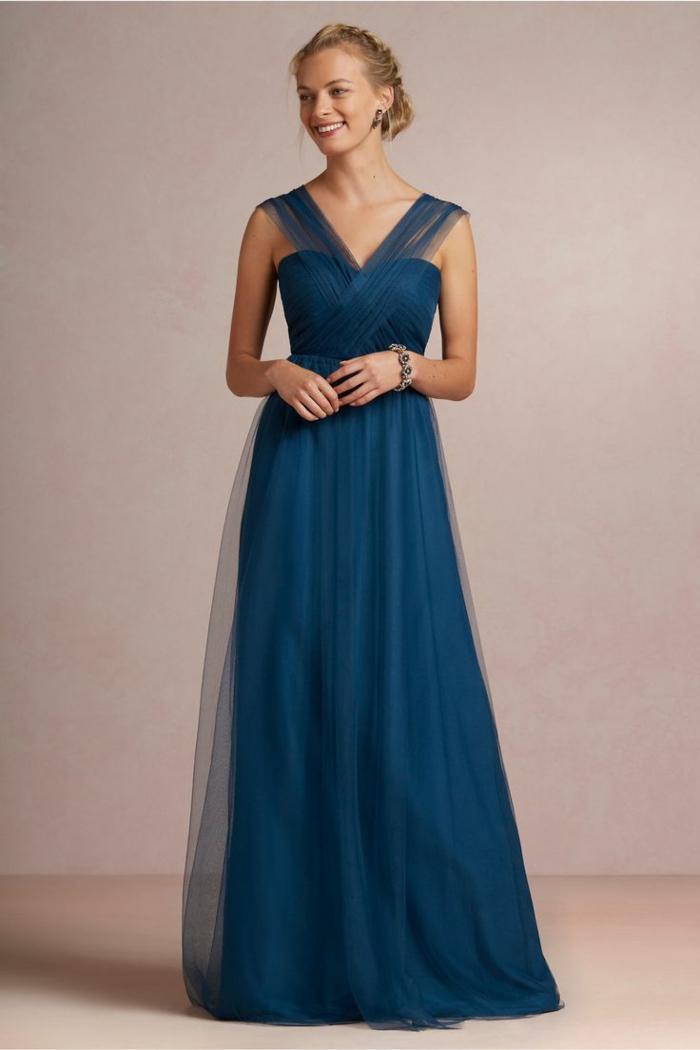 vestidos boda, vestido largo de madrina color azul royal, falda y correas de tul, escote corazón, mujer con pendientes y pulsera