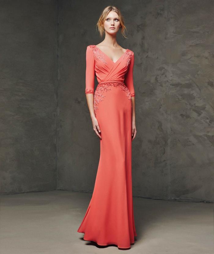 vestidos para ir de boda, vestido largo de madrina color melocoton, mangas tres cuartos, escote cisne, pisras decorativas