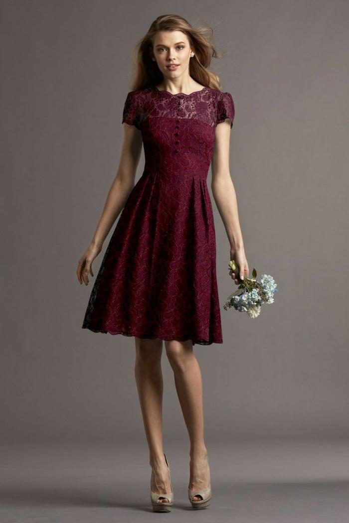 vestidos para ir de boda, vestido a media pierna para amdrina, color vino, botones pequeños, mangas y escote ilusión con encaje