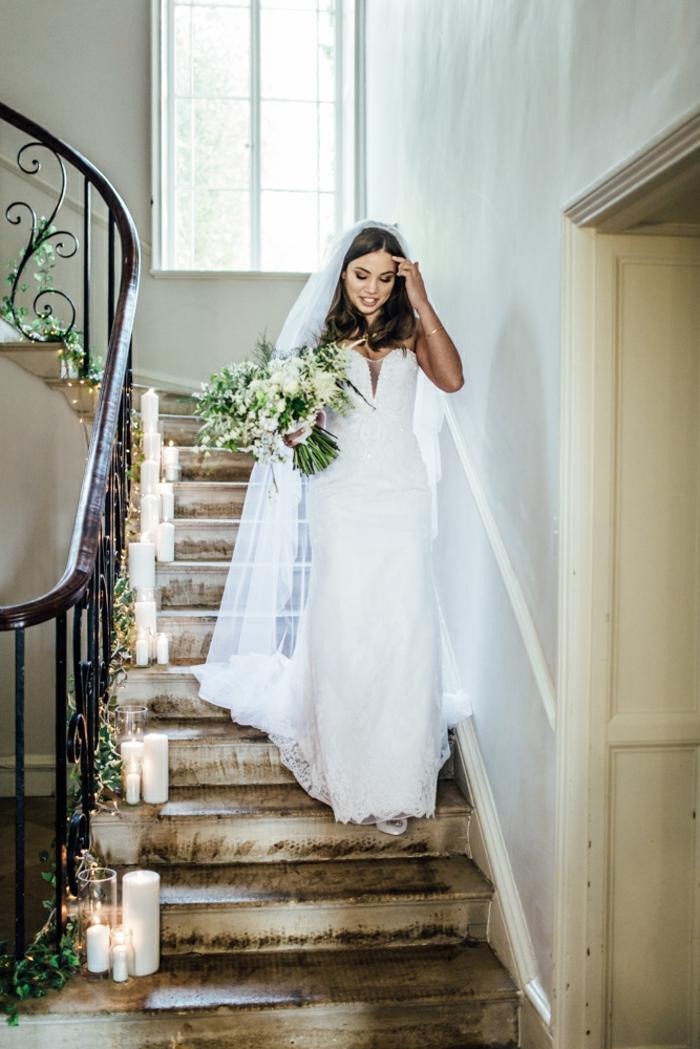vestidos de novia pronovias, vestido largo de corte recto con escote corazón y grande velo, pelo suelto ondulado